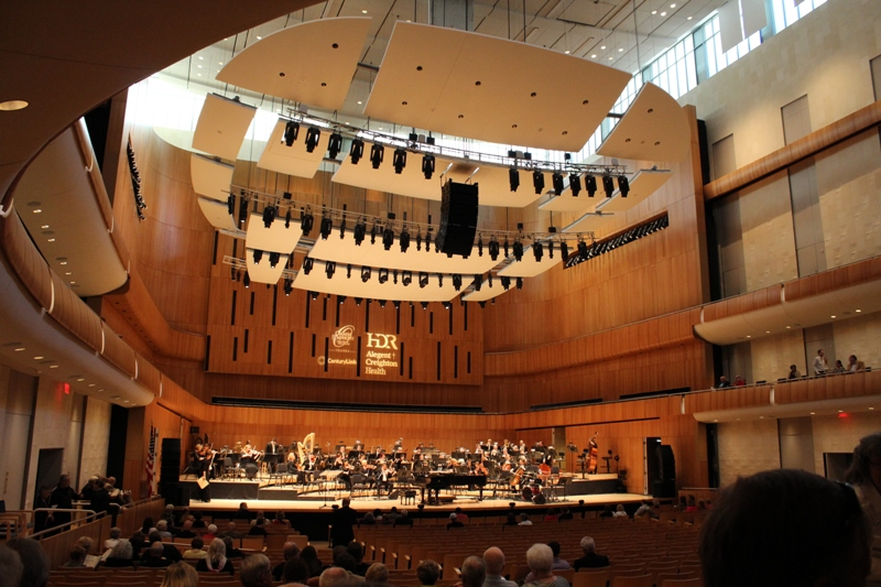大城市的味道。Holland Performing Arts Center是室内大音乐会的场所。今晚(13年5月10日),爵士音乐大歌唱家Al Jarreau (唱歌),前美国国务卿Condoleezza Rice (钢琴) 就在这表演。Holland Performing Arts Center 距离 Old Market 很近。