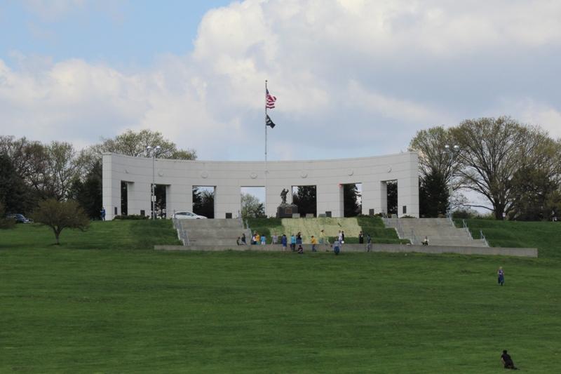 纪念公园(Memorial Park)是为所有来自道格拉斯县(奥马哈市所在地) 的,曾在武装力量服务过的男女士而建的。