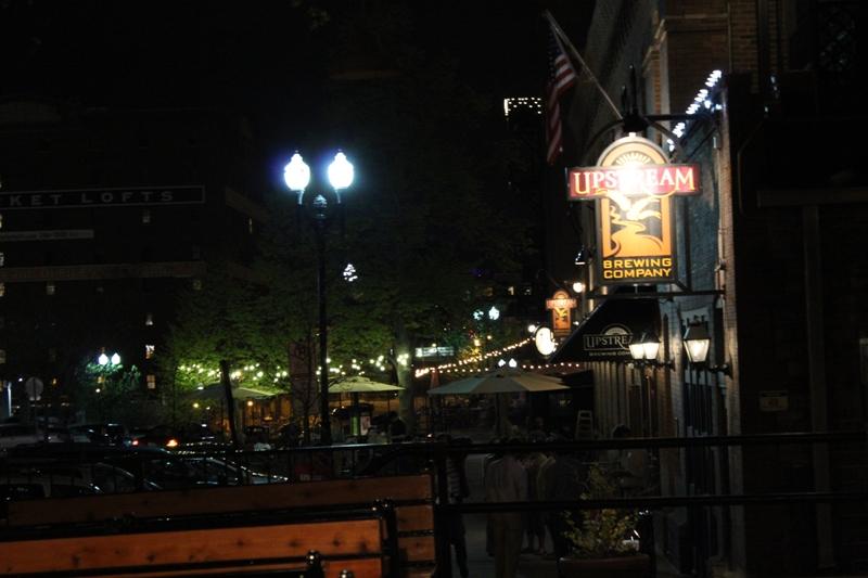 旧市场(Old Market),餐馆集中的地方,夜生活(主要指吃晚宴加散步)较热闹的地方。