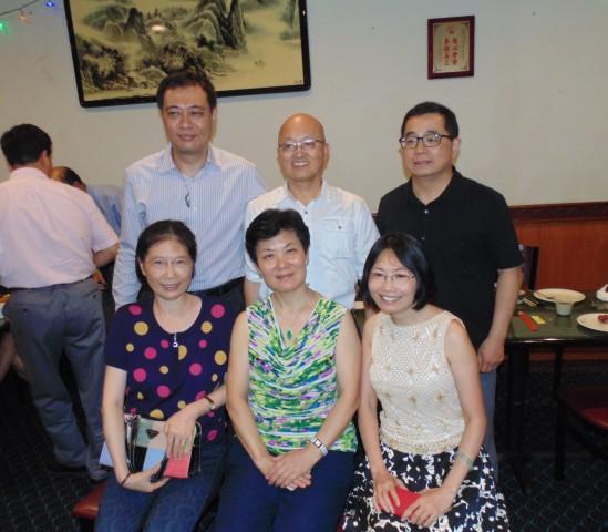 与会的78级同学(前排左至右)盖卫鸣、何丽雅、科晓红,(后排左至右)郑灵、林义顺、叶勇