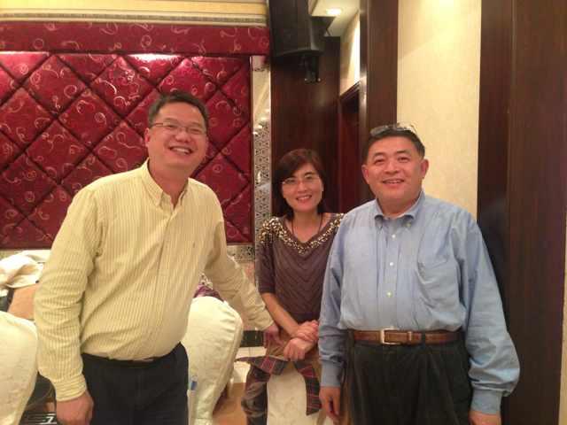 与会的81级乙班同学(左至右):邵文、林晨艳、郑钧
