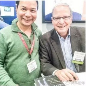 """林艳丰医生在会议期间和 Robert Wachter 医生的合影。Dr.Wachter 是美国医院医学的创始人之一,是""""医学失误和病人安全""""领域的著名专家,被《现代医疗》(Modern Healthcare)杂志评选为美国2015年最有影响力的医生之一。"""