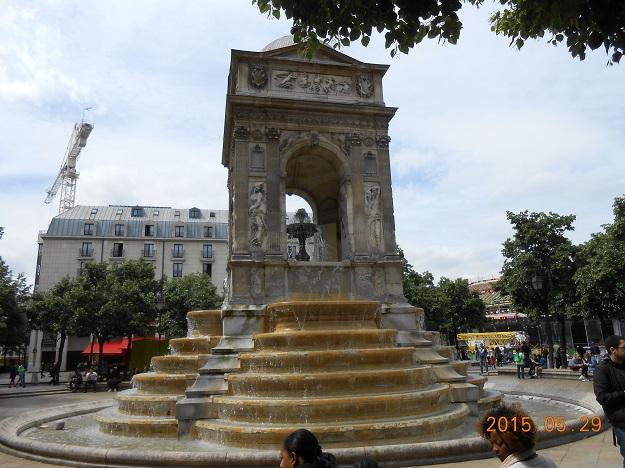 法国自驾 76:圣婴喷泉 Fontaine des Innocents