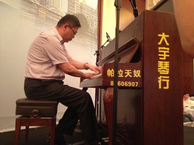 黄哲兟同学现场表演钢琴曲